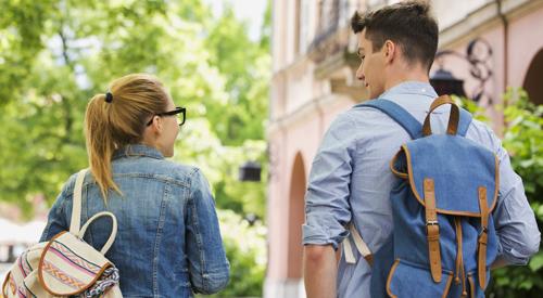 Dos estudiantes caminando en el campus